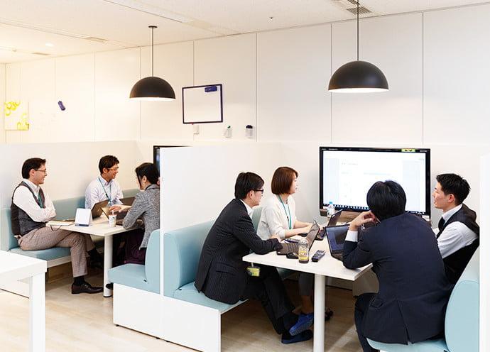 社内のオープンスペースにあるファミレス席は社内打合せでも利用しています。