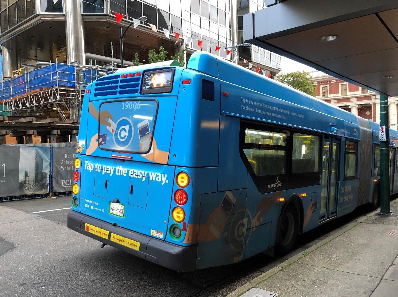SecureSketCH_クレジットカードを使って乗車できることをアピールするデザインのバス